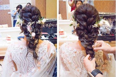 戶外證婚的自然妝容的新娘