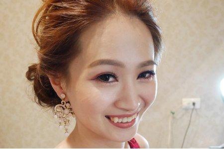 新娘秘書-吉兒  紅色禮服搭出時尚風