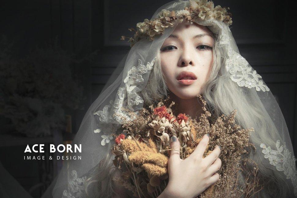 美的定義令人難以捉摸,卻因此令人著迷。Photography by Aceborn愛仕棚創意影像 Yang Goodspeed Sora 專業彩妝造型 新娘造型秘書Bride - AceBorn 愛仕棚《結婚吧》