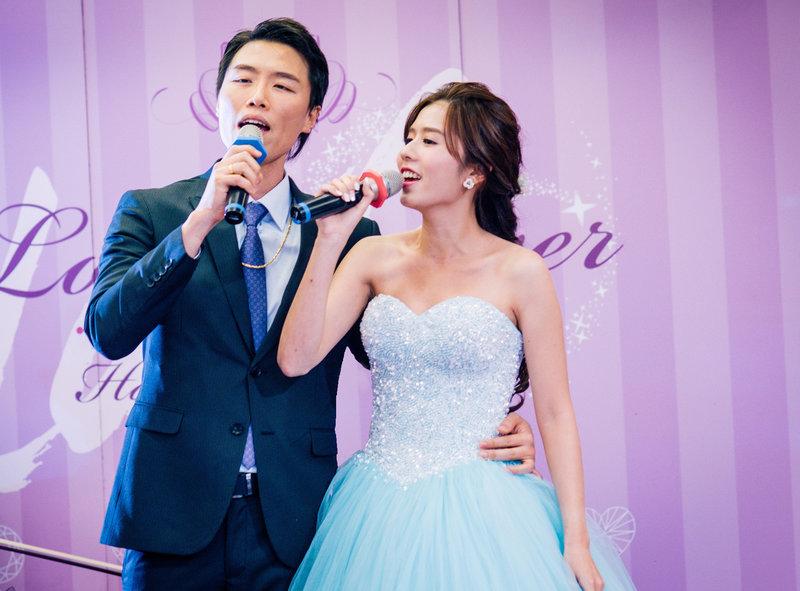 新娘新郎一起唱歌