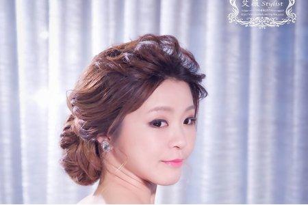 優雅線條低髻盤髮