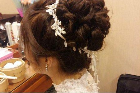 高雄新秘/韓系花苞髮型/ 蕾絲髮帶飾品/ 鬆編髮/ 蕾絲加價禮服/婚宴現場