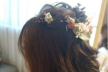 高雄新秘白紗宴客進場花飾品捲髮造型