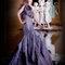 藕紫色斜肩搭配3D立體花造型,設計感十足