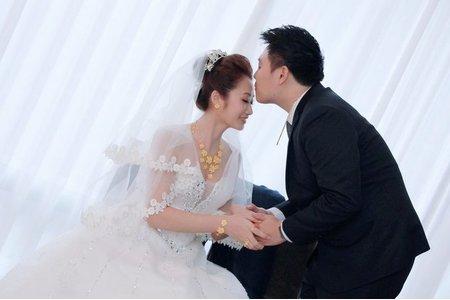 即將結婚的女孩跟唐伈說: 一定要在婚宴上閃亮動人,集聚焦點,老婆的美麗就是老公的面子✨✨✨✨✨  是的!看到新郎的笑容,就知道老公好有面子