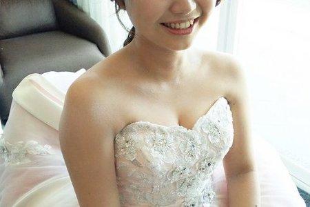 Bride:嗤嗤   髮長只到下巴喔^^底妝就是要薄,透,亮 眼妝就要自然也能有放大的效果~^0^  ·