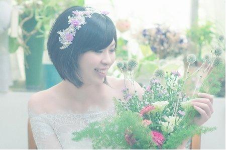 短髮新娘造型與手綁捧花