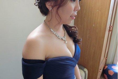 ㄧ字領藍色禮服,側捲髮造型~嘉義新秘Mia