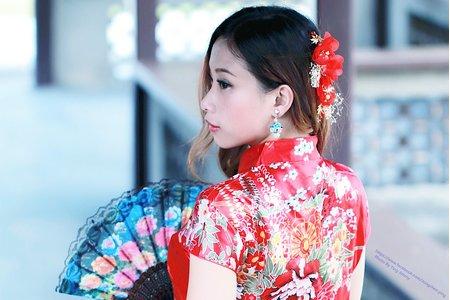 芯仁的紅色旗袍造型