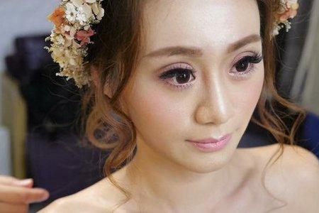 主題婚紗=白雪公主 以白雪公主為主題 利用乾燥花+鬆鬆的髮型和粉色系的妝感 打造出浪漫唯美的感覺