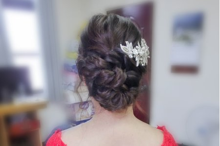 鬆鬆編髮 X 精巧的復古花珍珠頭飾