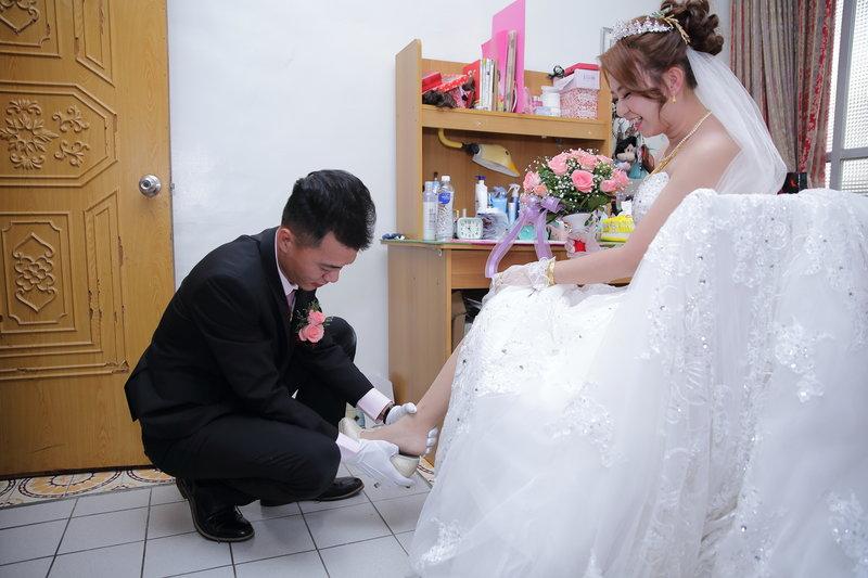 新郎幫新娘穿禮鞋