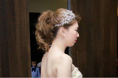 中馬尾新娘造型