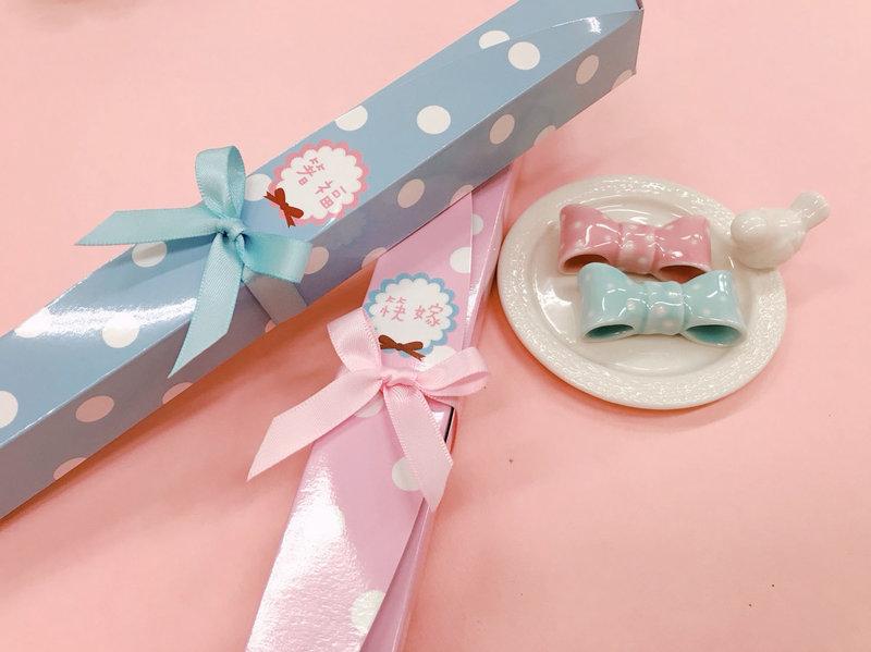 7b3ca45805e9 甜美點點蝴蝶結筷架組合-粉/藍- 心幸福-手工客製婚禮小物- 結婚吧