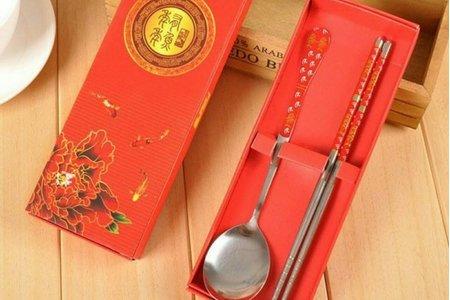 藍色青花瓷與紅色囍慶餐具組禮盒