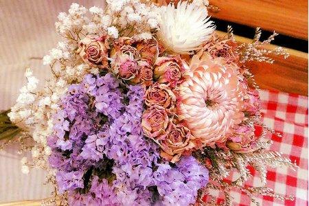 韓式乾燥花卉花束與各式胸花訂製;嚴選手工製成/台灣當季盛產之新鮮花卉製作,亦可製作Swarovski珠寶捧花束,皆可視新人需求做修改喔~!