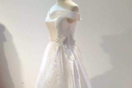公主款一字領緞面禮服