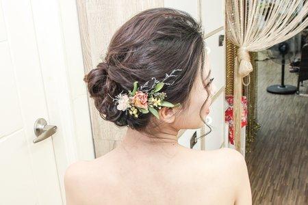 白紗盤髮加花藝飾品