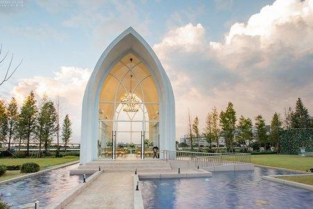 浪漫證婚場地:純白池畔教堂