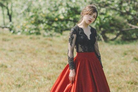 黑色蕾絲上衣緞面紅裙