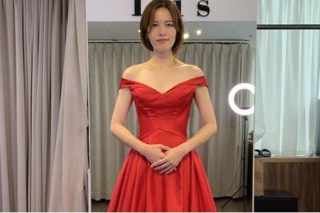 卡肩紅色緞面禮服