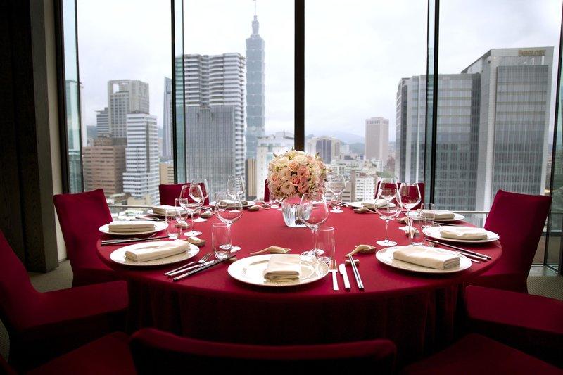 有著大片落地窗景並可飽覽台北101與信義區美好光景