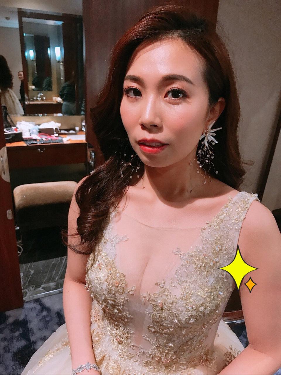 台北新秘erica lin專業新娘造型師,新娘秘書Erica除了化妝技術超強,而且認真負責,家人朋友都稱讚有加!